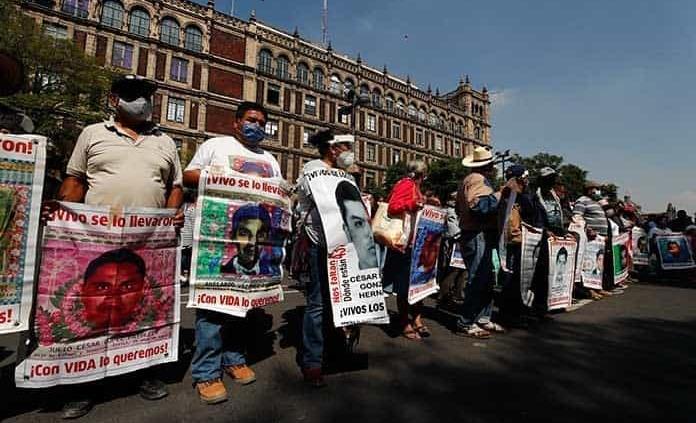 Padres de los 43 realizan protesta
