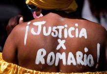 Madre de joven asesinado en protestas en Chile se desnuda para exigir justicia