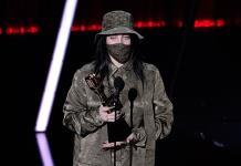 Eilish gana mejor álbum, Clarkson actúa en los Billboard