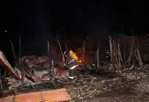 Rayo incendia dos casas en predios irregulares en Valles