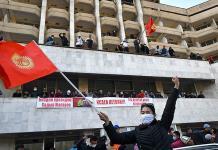 Por protestas, renuncia presidente de Kirguistán