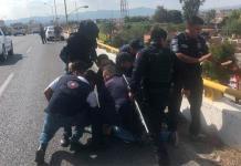 Rescatan a hombre en la cima de puente de carretera a Rioverde