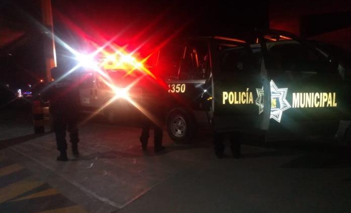 Policías auxilian a un hombre que intentó arrojarse de un puente en la 57