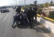 Hombre intenta lanzarse de un puente en la carretera a Rioverde