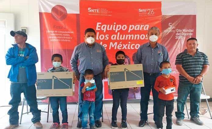 Donan tablets y TV a alumnos de escasos recursos