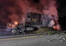 Fuego consume camión naranjero en el libramiento Valles-Tamuín
