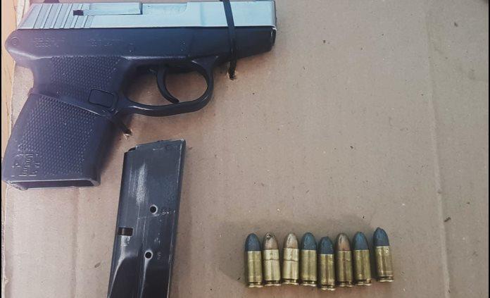 Detienen a hombre armado; se dedicaba al robo de vehículos