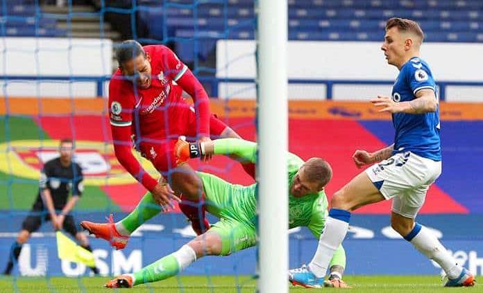 Al Liverpool se le escapa el derbi ante Everton y pierde a Van Dijk por lesión