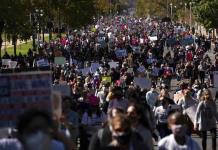 Miles de mujeres protestan en EEUU contra nominada por Trump para el Supremo
