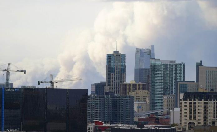 Fuertes vientos avivan enorme incendio forestal en Colorado