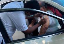 Aplican vacuna vs. la influenza sin descender del automóvil