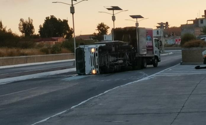 Vuelca camioneta en el bulevar Río Santiago