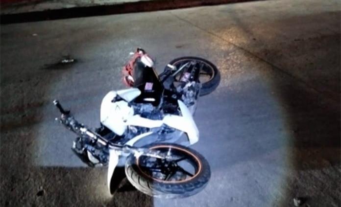 Joven en moto se impacta contra camioneta estacionada y resulta herido