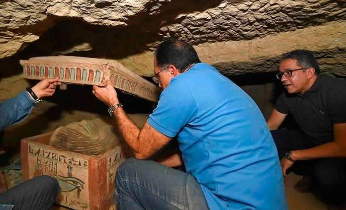 Egipto anuncia hallazgo de sarcófagos de más de 2,500 años al sur de El Cairo