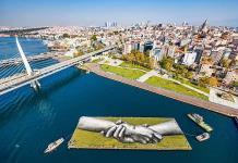 Tres grafitis de manos gigantes unen Europa y Asia en Estambul