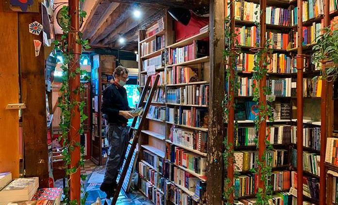 La mítica librería Shakespeare and Company de París sufre por la covid