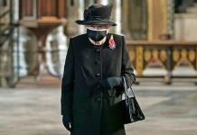 Isabel II aparece con cubrebocas