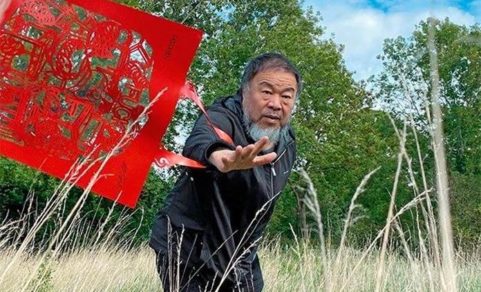 Ai Weiwei convierte el diseño de uno de sus recortables en pañuelos y bolsas