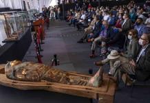 Presentan sarcófagos, momias y estatuas halladas en necrópolis de Egipto (FOTOS)