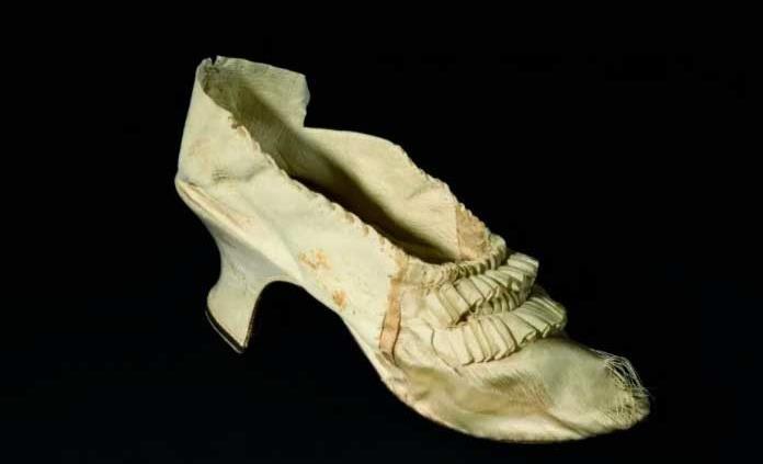 Subastan por 43 mil 750 euros un zapato de la reina Maria Antonieta