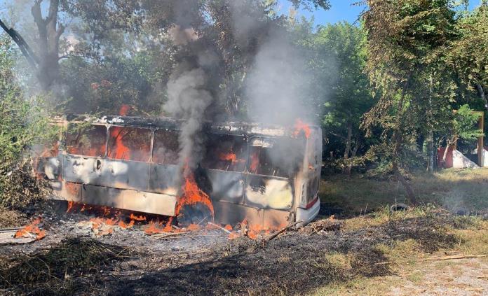 Autobús queda totalmente quemado luego de una carambola en Valles
