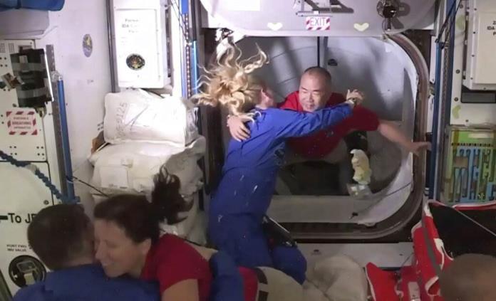 Cápsula de SpaceX con 4 astronautas a bordo llega a la EEI