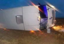 Vuelca camión de personal en autopista