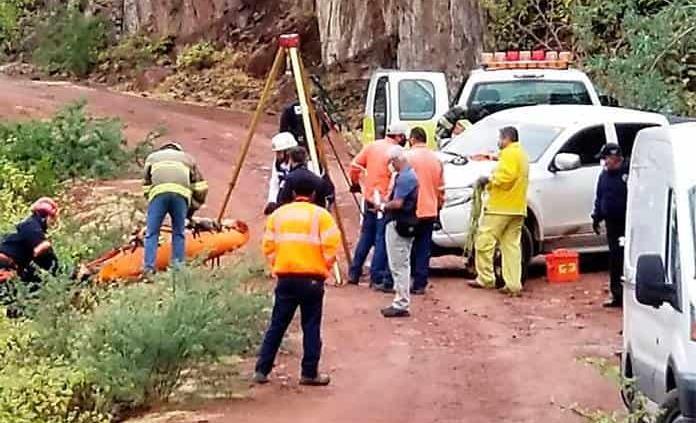 Fallece conductor tras caer su auto a profundo barranco