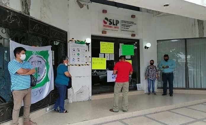 Militantes de la CCCI bloquean las oficinas de Gobierno estatal