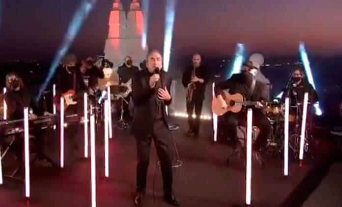 José Luis Perales canta junto al Palacio Real de Madrid en los Latin Grammy
