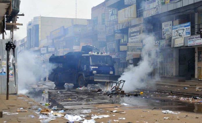 Policía de Uganda libera a líder opositor y confirma al menos 37 muertos en disturbios