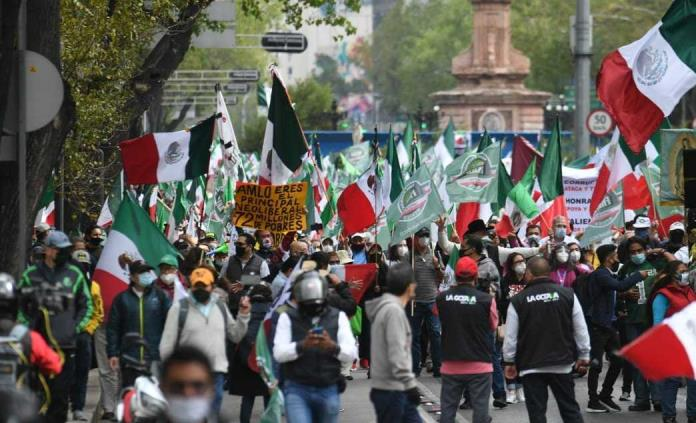 Detractores de AMLO marchan al Ángel de la Independencia