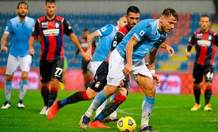 Jugadores de la Serie A lucen marca roja en la cara contra violencia de género