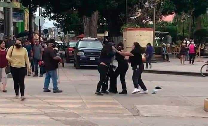 Policía es golpeada por furiosas mujeres