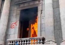 Cientos de manifestantes toman el Congreso de Guatemala y le prenden fuego (VIDEO)