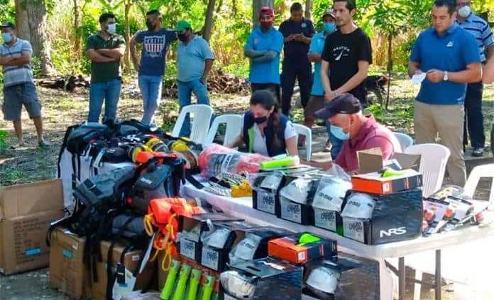 Familiares de padre e hijo muertos en Aquismón donan equipo de rescate a lancheros