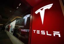 Tesla llama a revisión 134,951 vehículos por un defecto en la pantalla táctil