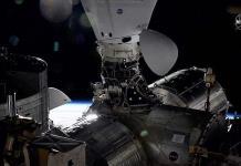 Cápsula de SpaceX completa con éxito la maniobra de reubicación en la EEI