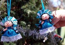 Artesanas otomíes visten de Navidad sus muñecas para superar la crisis