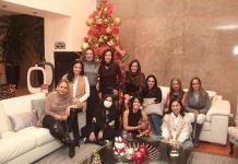 Amigas celebran por Navidad