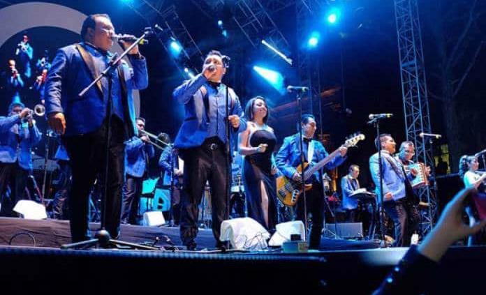 De Ángel azul a cantar en campaña política