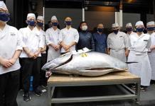 Un atún alcanza los 165 mil euros en la primera subasta del año en Toyosu