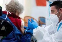 Las vacunaciones tardarán medio año en reducir los casos diarios, advierte la OMS
