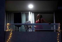 Microconciertos desde el balcón para una noche de verano en Santiago de Chile