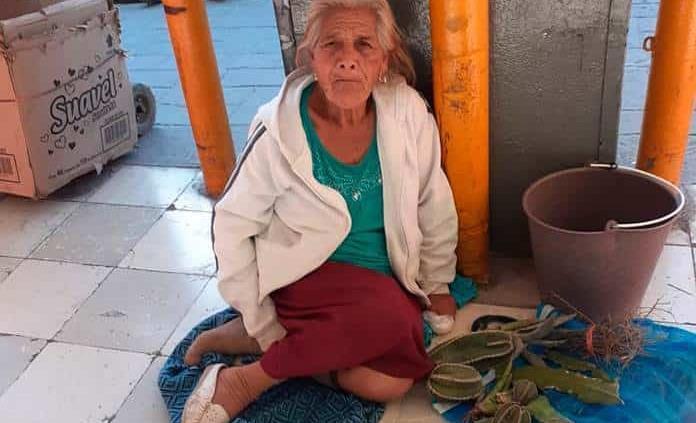 La pobreza obliga a ancianita a exponerse