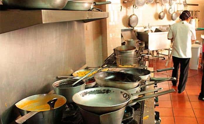 Restauranteros se rebelan: unos abren y otros dan cacerolazo en el Zócalo