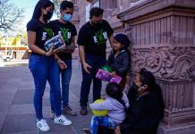 Alumnos UASLP dan regalos a niños
