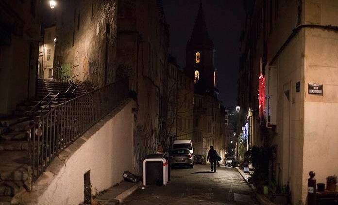 Francia estudia adelantar el toque de queda para frenar la pandemia