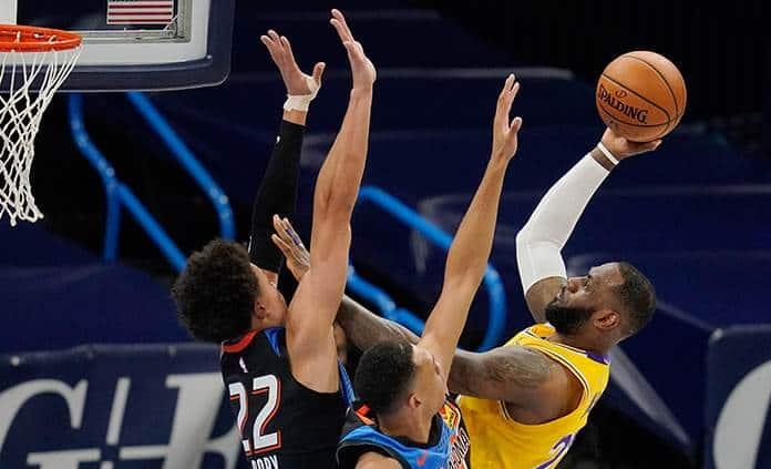 Lakers arrollan al Thunder con 26 puntos de James
