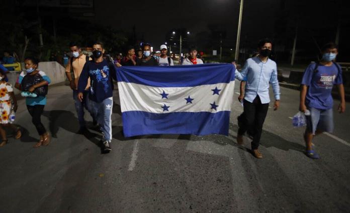 Migrantes hondureños caminan hacia Guatemala; policía espera